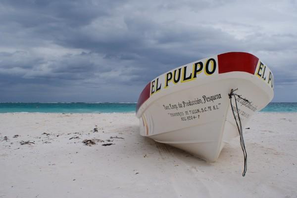 bote sobre la arena en tulum