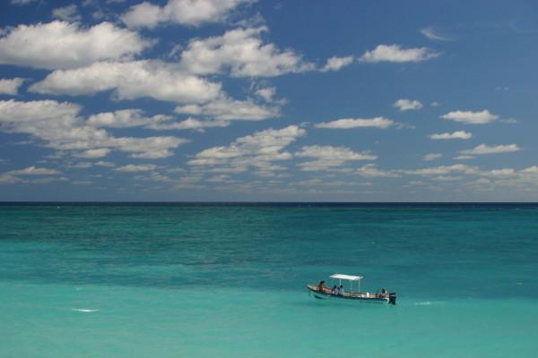 bote en el mar tulum