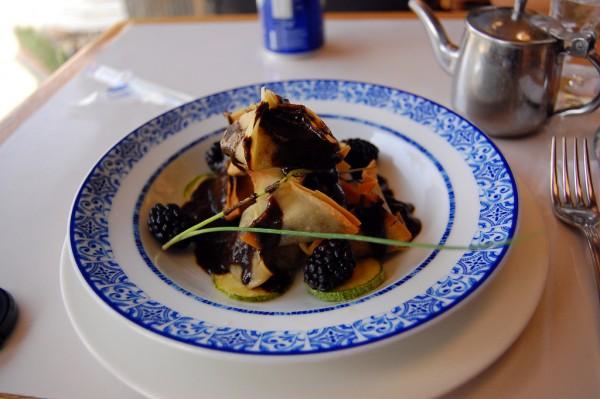 Ravioles Crujientes de Pato con Mole Negro Oaxaqueño
