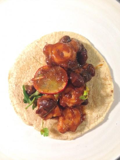 Taco de pulpo zarandeado en pasilla mixe, frijoles negros y nopales