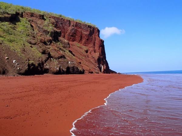 playa arena roja rabida galapagos
