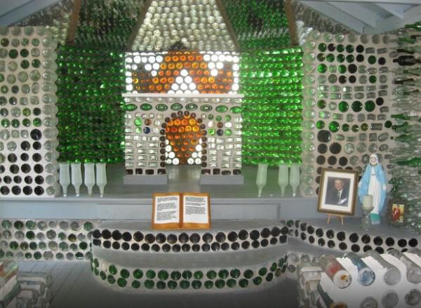 casa construida con botellas de vidrio