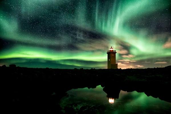 Faro con Aurora Boreal, Islandia