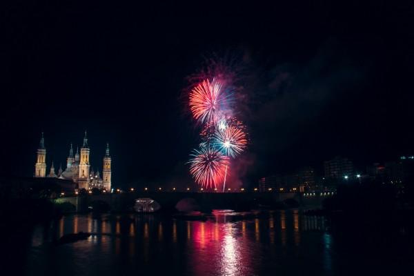 fuegos artificiales zaragoza fiestas pilar