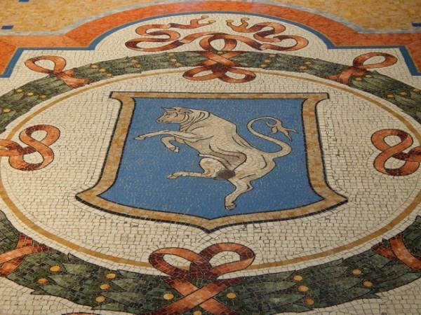 Mosaico del toro de Turín de la Galleria Vittorio Emanuelle en Milán