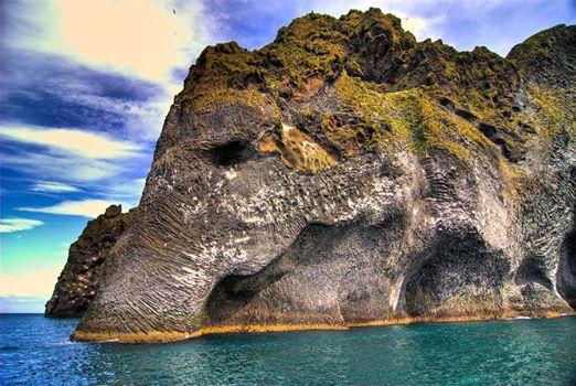 Un elefante de roca gigantesco emergió del Océano en Islandia