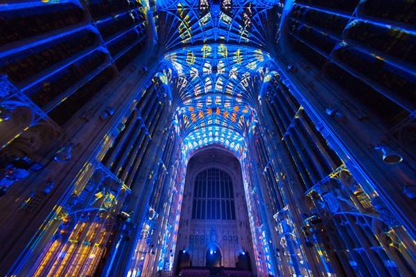 noche estrellada dentro catedral miguel chevalier