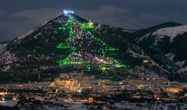 arboles de navidad gubbio italia