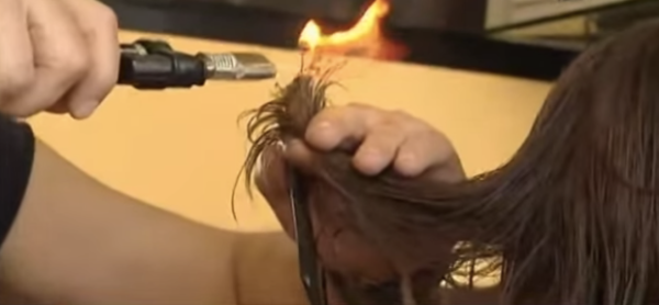 peluquero corta pelo con fuego