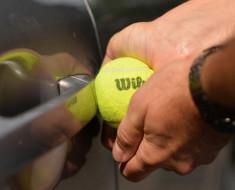 ¿Se puede abrir la puerta de un autousando una pelota de tenis?