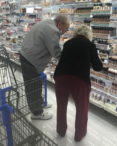 Imagen de dos abuelos en el supermercado que hace creer en el amor verdadero