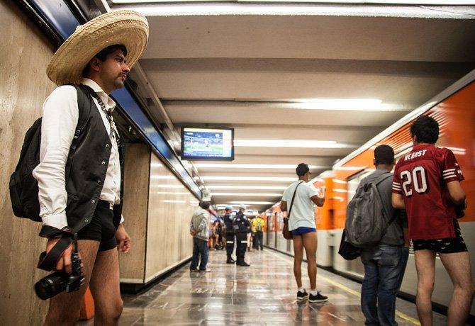 Tanga en el metro con liguero upskirt - 3 part 8