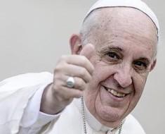 Vea la broma que le jugo el Papa Francisco a una reportera