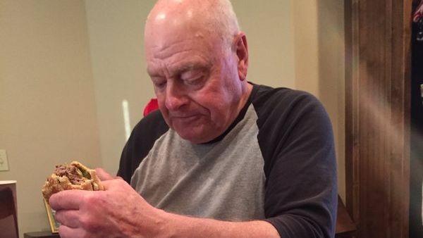 abuelo comiendo hamburguesa
