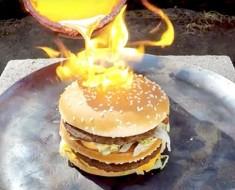 ¿Qué sucede cuando le viertes cobre fundido a una Big Mac?