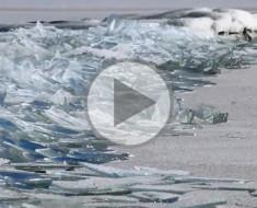 Ve lo que sucede en este lago congelado cuando las olas avanzan por el agua