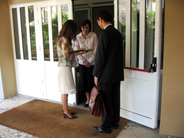 En México se sancionará a los religiosos que vayan de puerta en puerta