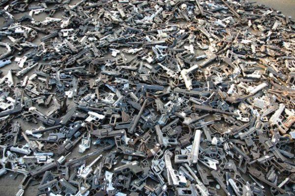 Artista mexicano transforma más de mil armas de fuego en palas de reforestación