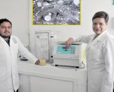 Joven mexicano transforma botellas de plástico en gasolina
