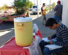 joven-vende-tacos-champurrado