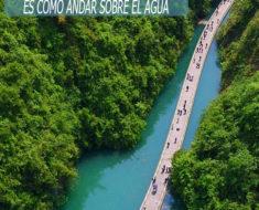 Caminar por esta pasarela en China es como andar sobre el agua