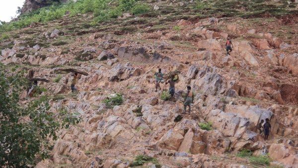 La historia de Dashrath Manjhi que movió una montaña con sus manos