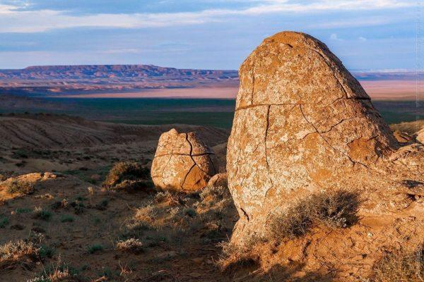 el valle de las rocas redondas en kazajstan