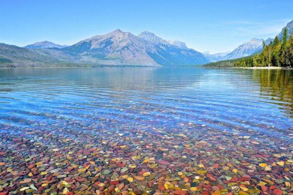 Las piedras coloreadas del lago McDonald en Montana
