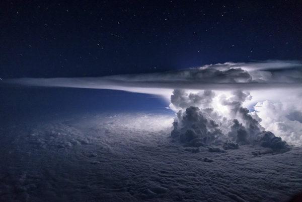 Piloto sobrevuela una tormenta para hacer una foto a 37.000 pies sobre el Océano Pacífico