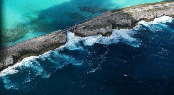 Isla de Eleuthera entre el océano Atlántico y el Mar Caribe