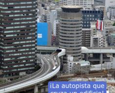 La autopista que cruza un edificio Japon