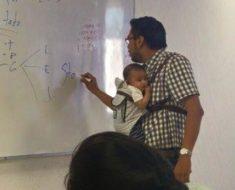 Profesor de acapulco carga al bebé de una alumna ¡para que ella pueda tomar sus apuntes en clase!