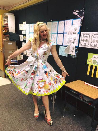 Esta profesora viste un extraño vestido blanco el último día de clase