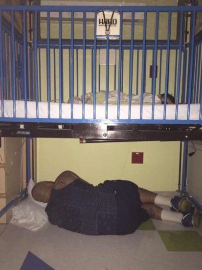 Una mujer encontró a su marido durmiendo en el piso y comenzó a llorar. Cuando veas la foto entera lo sabrás