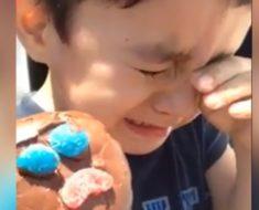 Mira al niño que lloro porque su Paleta Payaso le salió triste