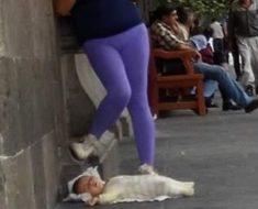 Mujer se hace viral por dejar a su bebé en el suelo para chatear en su teléfono