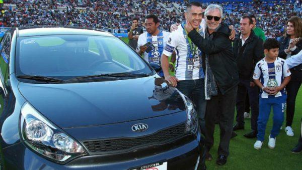 Pachuca pone ejemplo y le regala un auto al medallista Misael Rodríguez