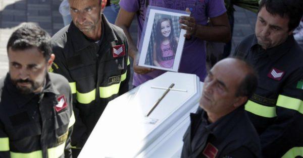 Cuando los bomberos encontraron a esta niña de 9 años, ya estaba muerta. Pero bajo su cuerpo encontraron algo desgarrador
