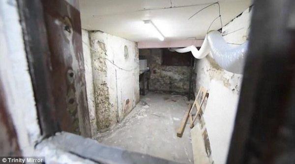 Descubren una calle escondida bajo una ciudad con pequeñas casas y túneles secretos