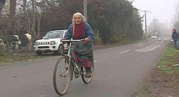 Con 90 años, Elena sigue vendiendo huevos en su bicicleta