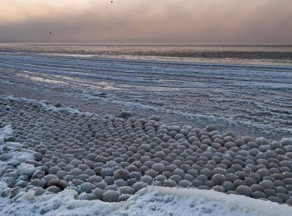 Las bolas de hielo congeladas en el lago Michigan y la playa Stroomi
