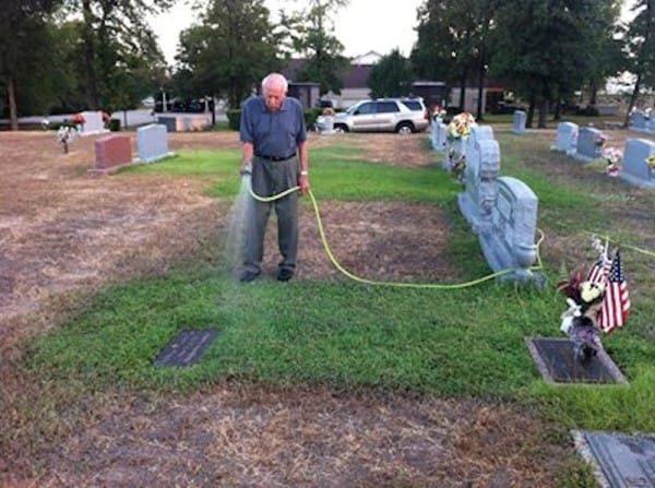 Padres visitaron la tumba de su hijo y quedaron sorprendidos al ver que de repente tenia pasto verde
