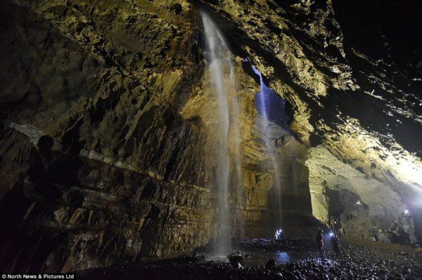 Gaping Gill mayor cascada dentro de una cueva en Inglaterra