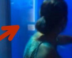 Esta mujer golpea con la mano el cristal del tanque de tiburones