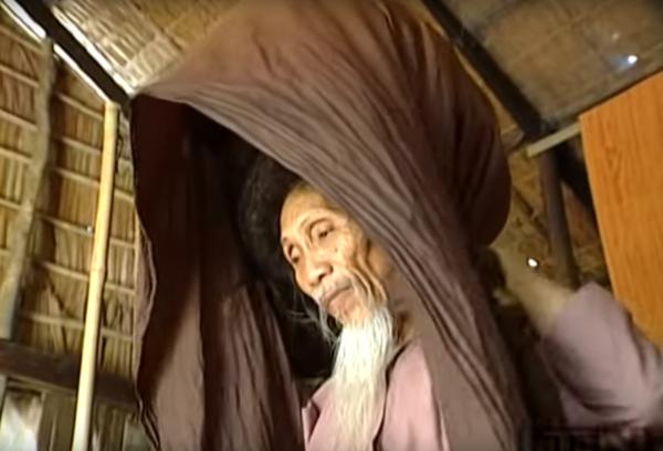 Cuando su mujer le quitó el pañuelo de la cabeza, todos se quedaron mudos