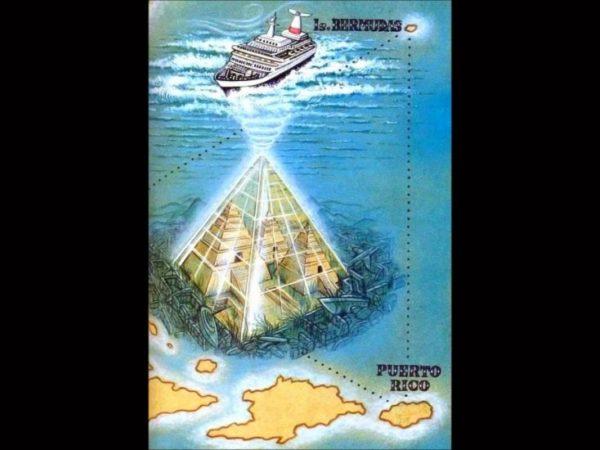 Una pirámide aparece en el triángulo de las bermudas junto a un deslumbrante OVNI