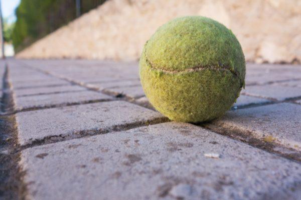 Si encuentras una pelota de tenis en el suelo, ¡NO La Toques! Esta es una advertencia de la policia