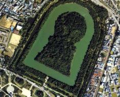 Las misteriosas construcciones con forma de ojo de cerradura en Japón