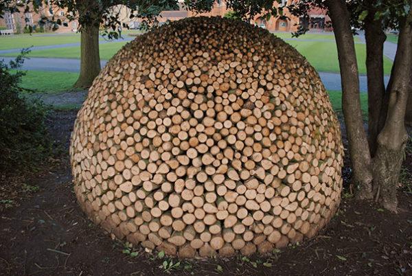 apilar leña de madera de manera artistica