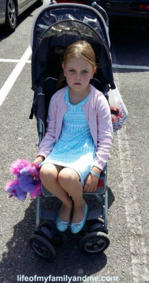 Le decían que su hija era muy grande para ir en carrito, pero la respuesta que les dio fue épica